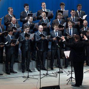 чоловічий хор на сцені під час виступу