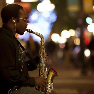 джазовий музикант рає на саксофоні
