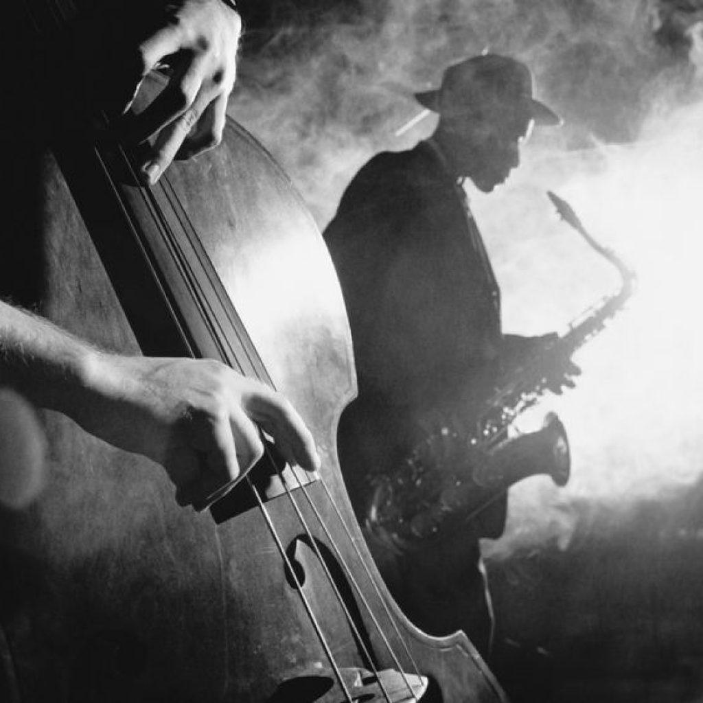 музичний колектив або джаз-бенд під час виступу